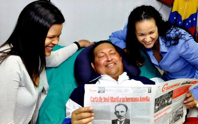 Фотография, обнародованная правительством Венесуэлы: Уго Чавес в гаванской клинике с дочерьми Розой и Марией, просматривает местную прессу Фото: REUTERS