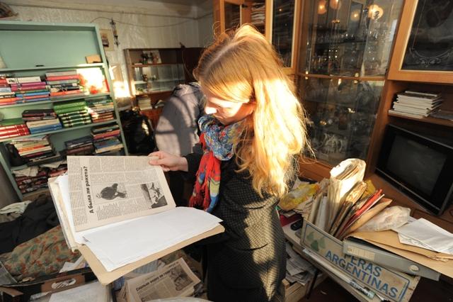 Корреспондент «КП» помогал сортировать бумаги в квартире. Фото: Алексей ЖУРАВЛЕВ