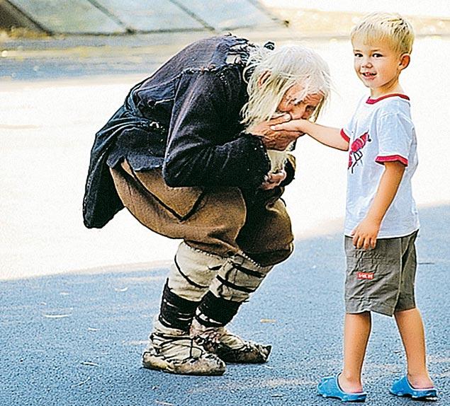 Старец Добри Добрев известен всей стране. Запоследние 100 лет не было здесь такого богатея, который пожертвовал бы на храм больше, чем этот нищий старичок. А Болгария сейчас может рассчитывать только на Божью помощь.
