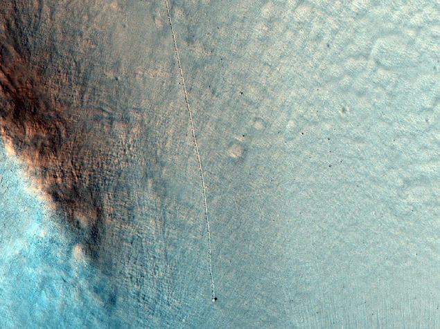 """Снимок зонда MRO со следами """"отдыхающего"""" периодически булыжника"""