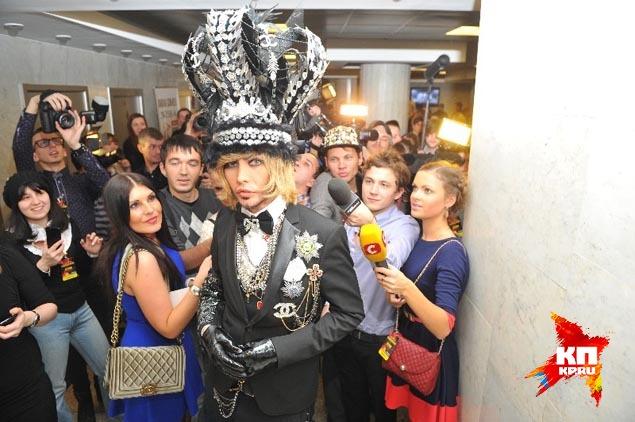 """""""Звезда в шоке"""" украсил свою голову огромной короной с перьями и стразами с куриное яйцо. Фото: Иван ВИСЛОВ"""