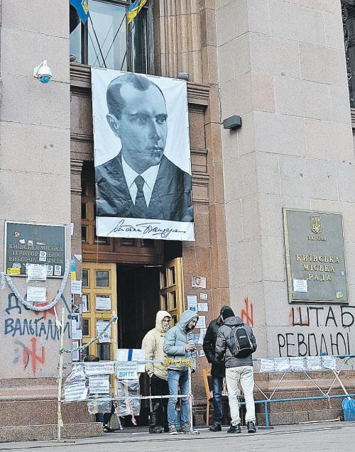 Киев, декабрь 2013 г. Захватив здание городской мэрии, активисты майдана водрузили над входом портрет Степана Бандеры.