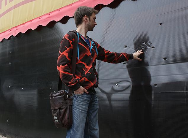 Дырки от пуль, оставленные стрелявшим по официанту молодчиком Фото: Николай ХИЖНЯК
