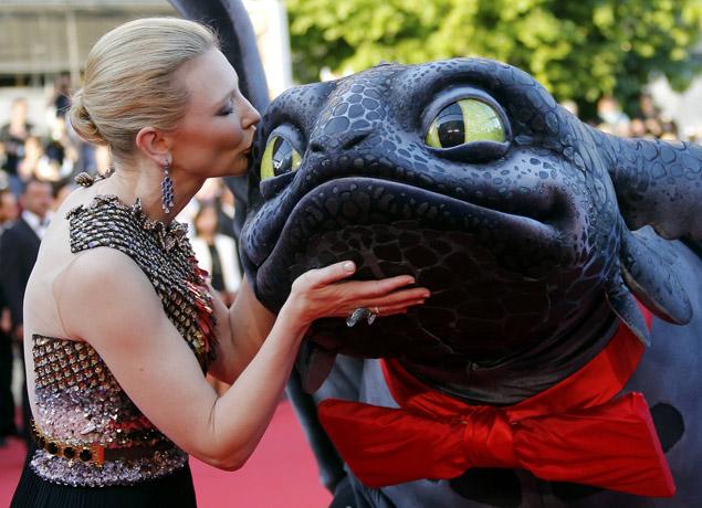 Кейт Бланшетт на премьере мультфильма поцеловала дракона в нос. Фото: REUTERS
