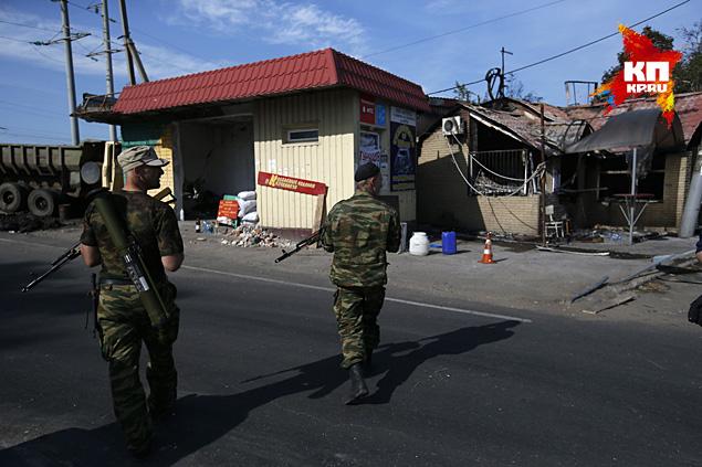 Попав под артобстрел, каждый день 2-3 человека тут же вспоминают о неотложных делах дома, но подавляющая часть остается на позициях, укрепляют оборону Фото: REUTERS