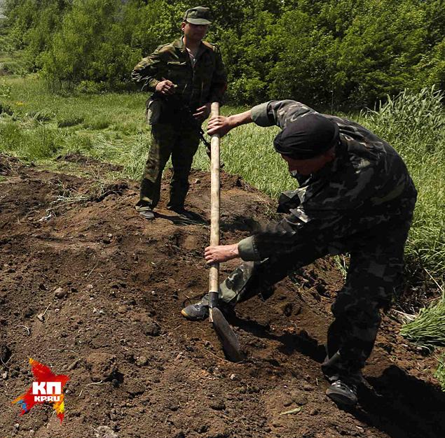 Сейчас за Карачуном (высота, занятая украинскими войсками) новые могилы копают... Потом про убитых опять скажут, что «дезертировали». Удобно, чо - платить семьям не надо Фото: REUTERS
