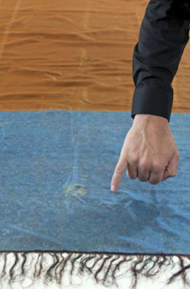 Палец указывает на пятно от спермы Джека Потрошителя