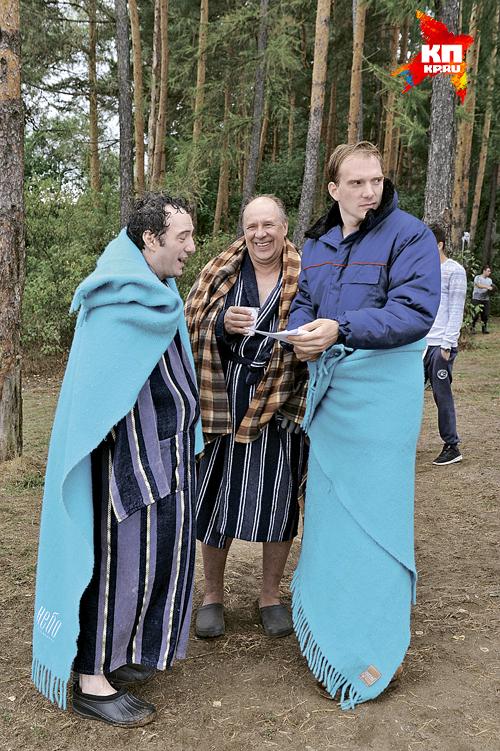 Темико Чичинадзе, Александр Феклистов и Андрей Бурковский (слева направо) пытаются согреться между дублями. Фото: Михаил ФРОЛОВ