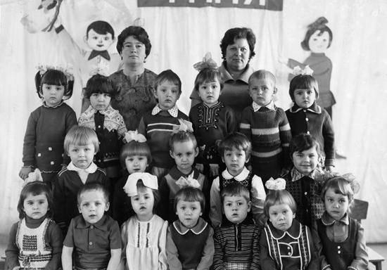 """На этом детском фото Лена в нижнем ряду третья слева. Фото из архива газеты """"Коммунар""""."""