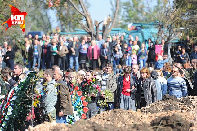 Почти все — с цветами, которые кладут на крышки гробов. Многие - с детьми Фото: Виктор ГУСЕЙНОВ