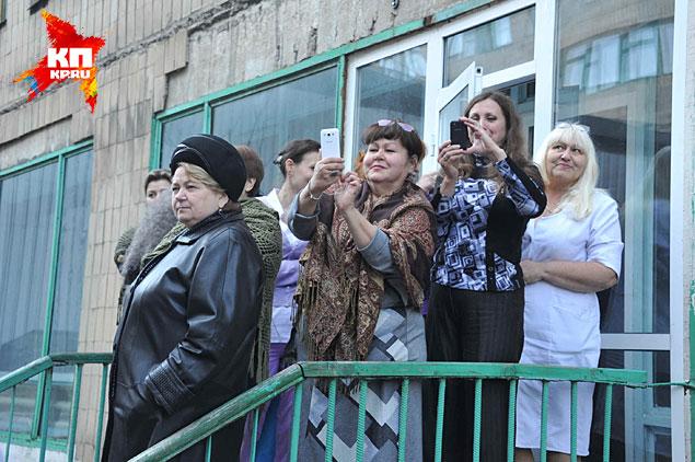 Пациенты клиники высыпали на галерею, начали выглядывать из форточек и окон Фото: Владимир ВЕЛЕНГУРИН