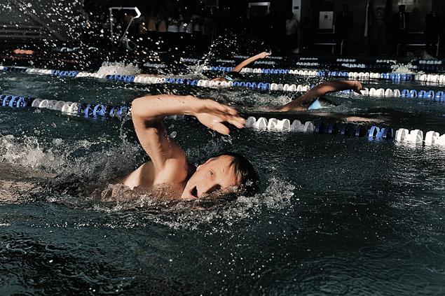 Сергей Нарышкин открыл в Черкесске новый бассейн. И сам же опробовал голубую дорожку... Фото: Евгения ГУСЕВА