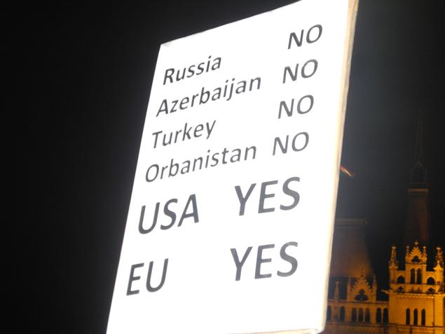 Оцените логику протестующих: Россию и почему-то Турцию с Азербайджаном, приравненных к обазиатченной Венгрии, противопоставляют великим США и ЕС. Фото: Дарья АСЛАМОВА