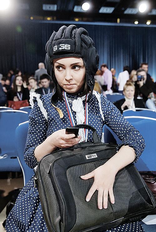 Журналистка из Челябинска Мария Панюшина надела шлем, чтобы показать президенту, что представляет танкоград. Изобретательность оценили коллеги и пользователи соцсетей. Но задать вопрос президенту уМарии так и не получилось. Фото: ТАСС