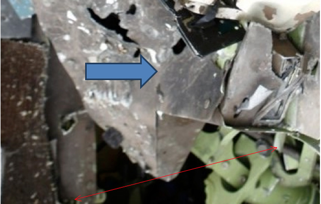 Вид на боковую левую панель центральной приборной консоли (со стороны правой ноги КВС). Консоль изрешечена и закопчёна.