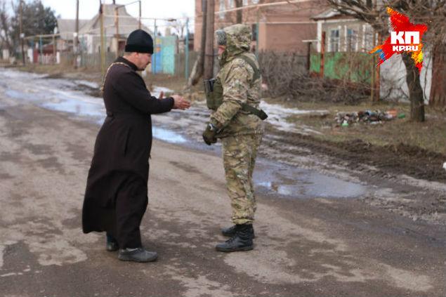 Батюшка отвел в сторону командира ополченцев с позывным «Душман». Фото: Александр КОЦ, Дмитрий СТЕШИН