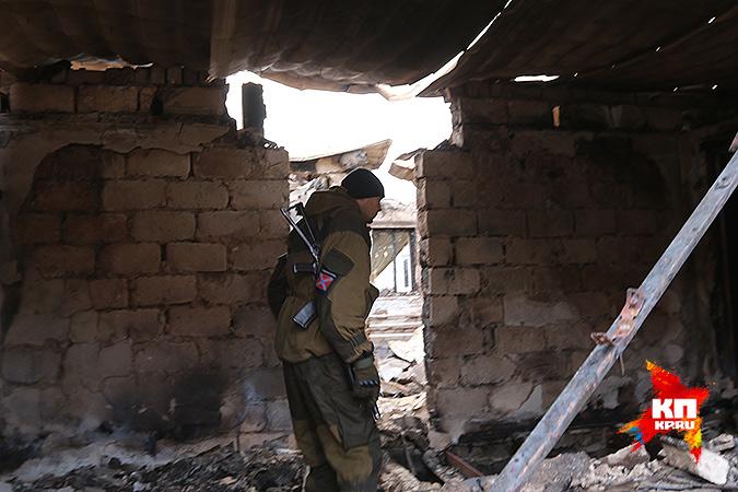 Ополченец на месте уничтоженного блокпоста украинской армии. Фото: Александр КОЦ, Дмитрий СТЕШИН