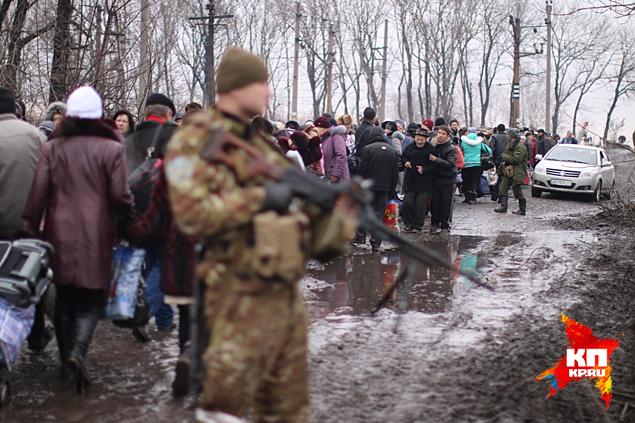 Ополченцы открыли гуманитарный коридор для горожан и организовали эвакуацию Фото: Александр КОЦ, Дмитрий СТЕШИН