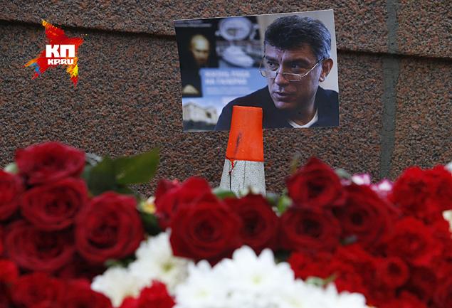 Люди несут цветы к месту гибель политика Фото: REUTERS