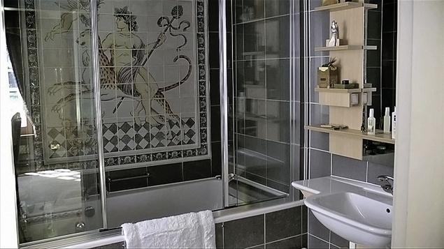 """Березовского нашли в этой ванной со следами удушья. Рядом то ли шарф, то ли шнурок. Подробности полиция умолчала. Фото: архив """"КП""""."""