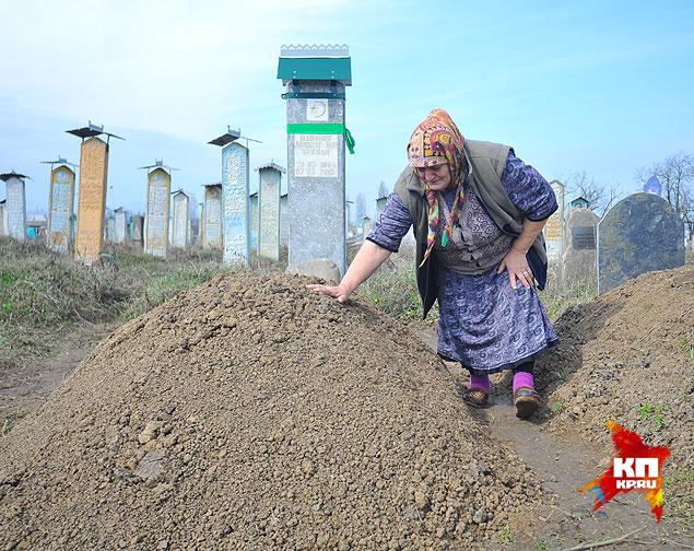 Асьма Шаванова, мать подорвавшегося Беслана Шаванова, на могиле сына Фото: Евгения ГУСЕВА