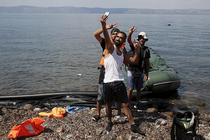 """Беженцы из Сирии делают """"селфи"""", ступив на землю греческого острова Кос. Фото: REUTERS"""