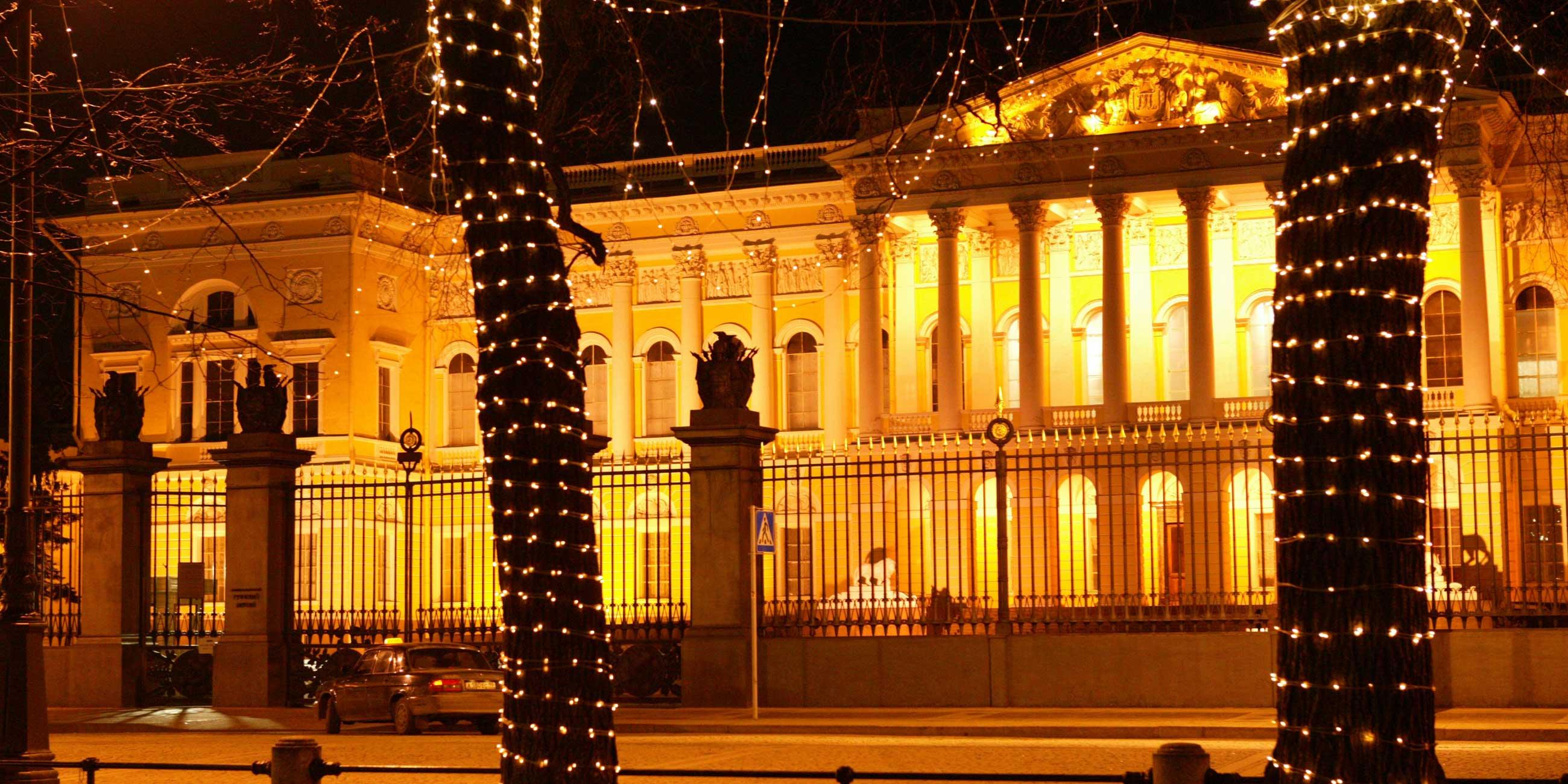 Вечером Михайловский дворец красиво подсвечиваетсяФото: globallookpress.com