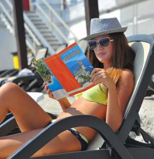 девушка читает путеводитель по крыму