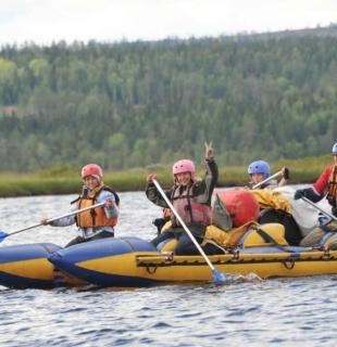 группа туристов занимается сплавляется по реке в карелии