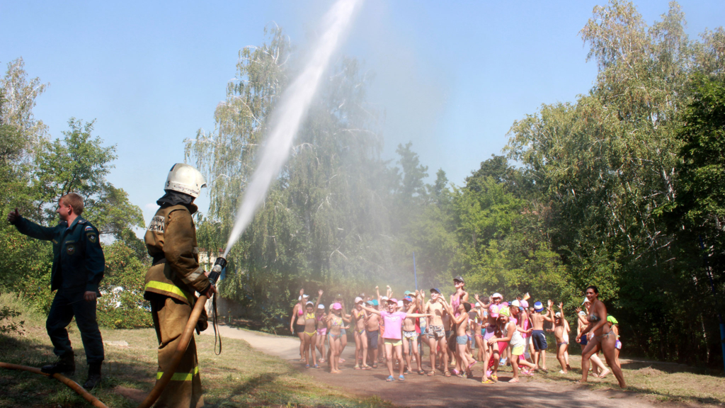 обливание детей из пожарного шланга