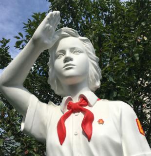 Скульптура пионера