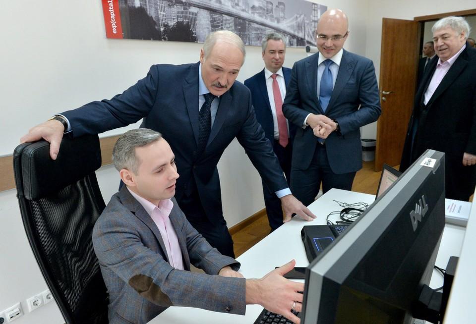 Александр Лукашенко пришел в офис айтишников. Виктор Прокопеня и Михаил Гуцериев - крайние слева. Фото: БелТА