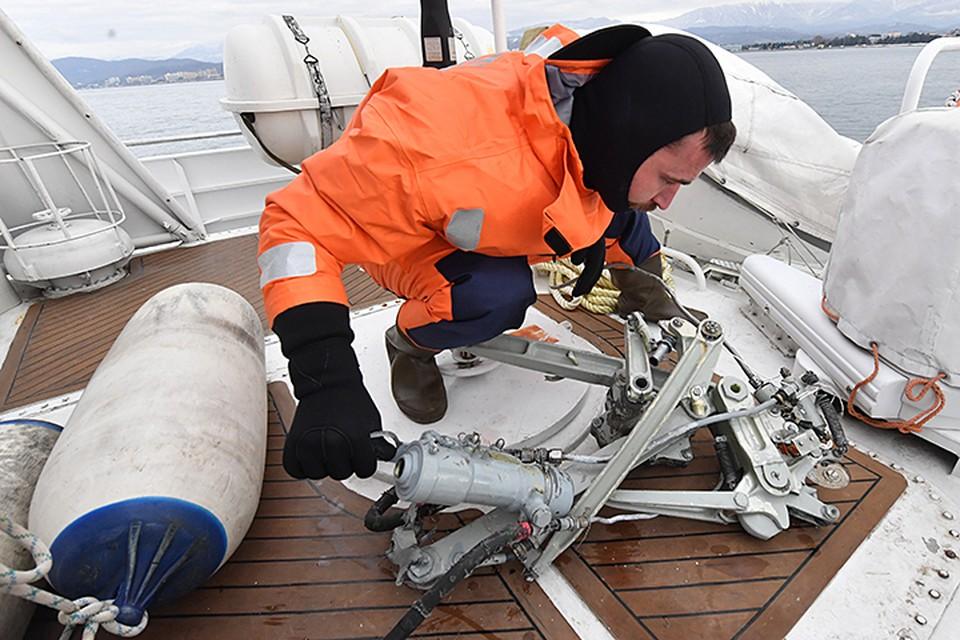 Декабрь 2016 года, спасатели поднимают обломки Ту-154 из моря.