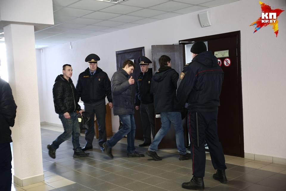 В суде Московского района Минска сегодня судят около десяти человек.