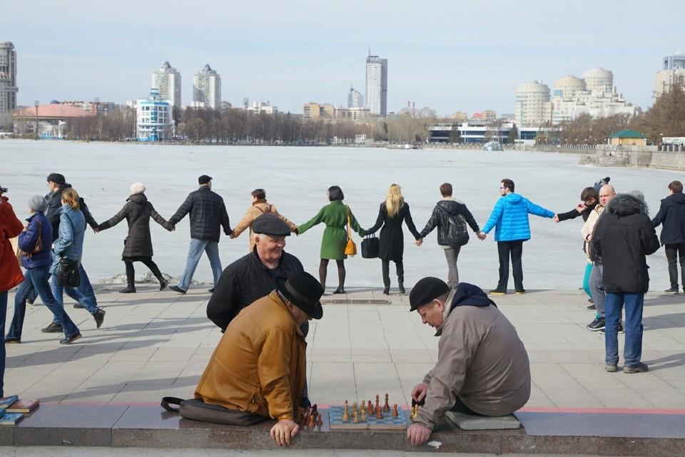 Жители Екатеринбурга взяли пруд в кольцо