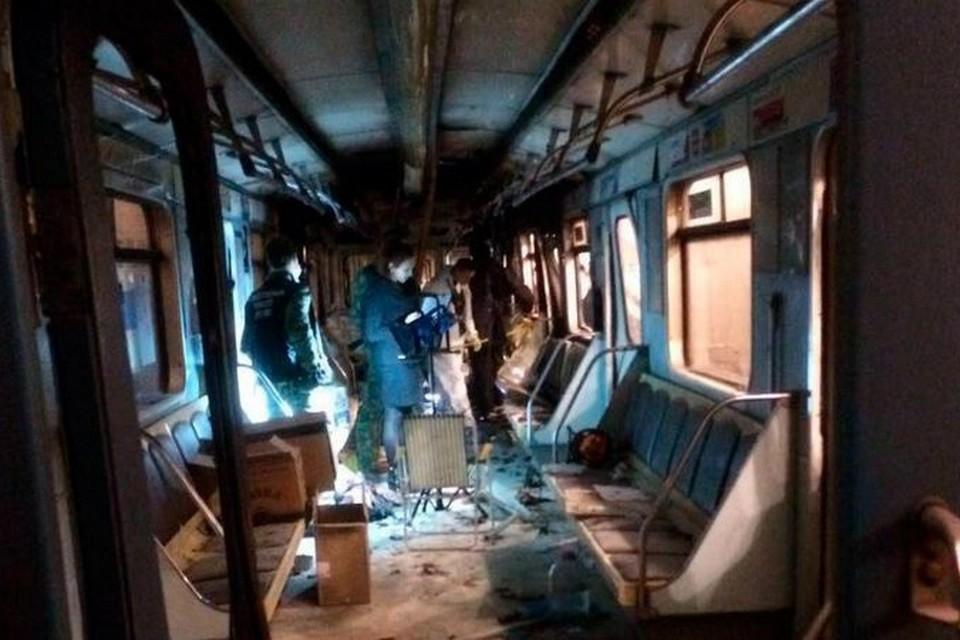 Смертник взорвался, судя по всему, на пятачке между вторыми, по ходу поезда, дверями