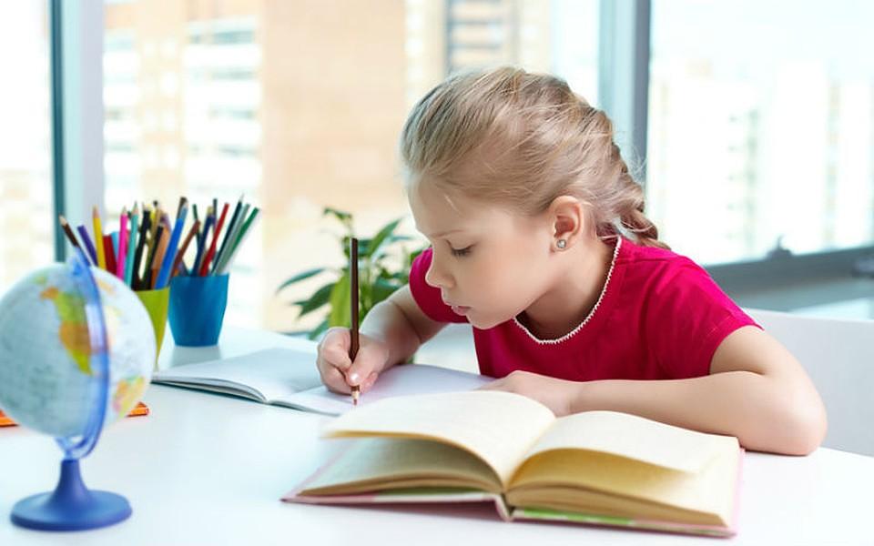 Ребенок елает уроки