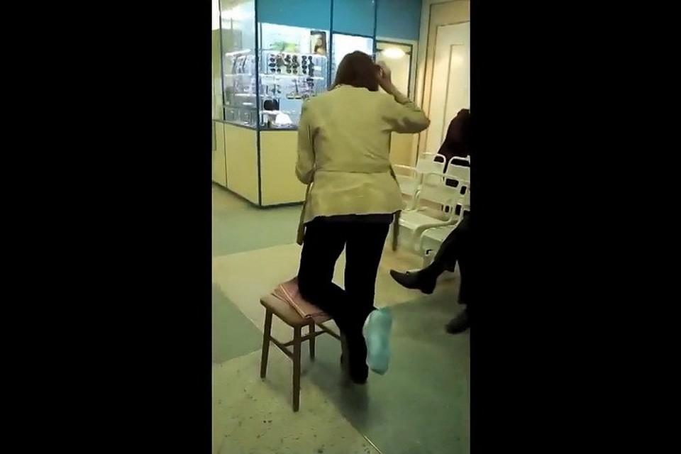 Девушка снимает гипс у себя дома видео
