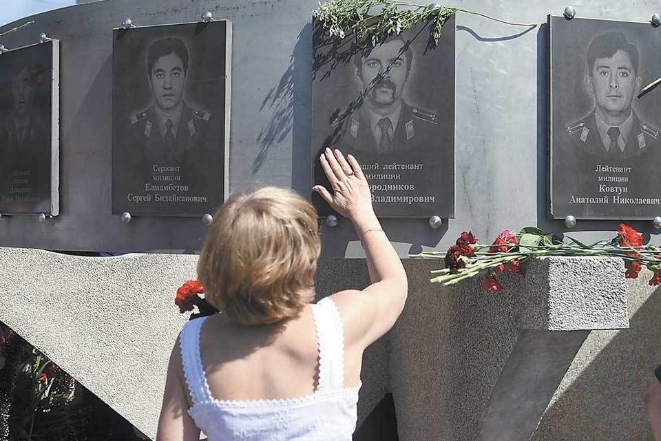 Память о погибших милиционерах, первыми принявших на себя удар бандитов, горожане чтят до сих пор