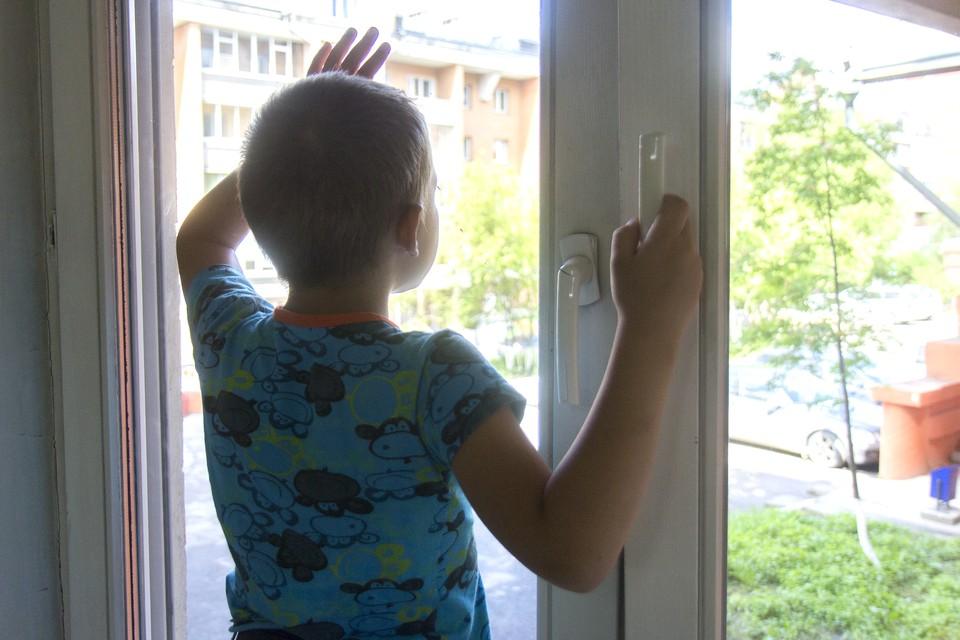 С начала года из окон в Волгоградской области выпали уже семеро детей