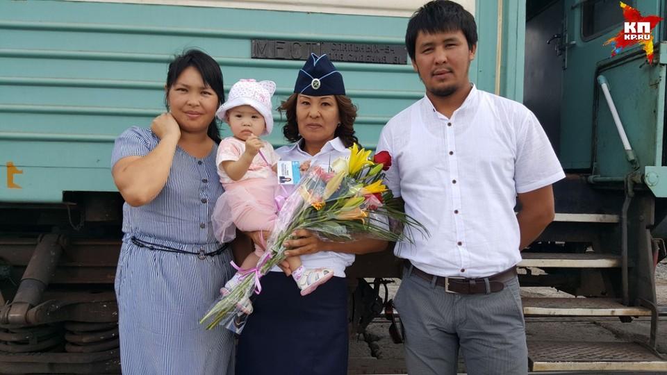 Алтынай Рамбаева со спасенным ребенком и ее мамой