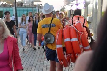 Как подзаработать на каникулах в Крыму: студентов ждут на стройке Крымского моста, виноградниках и пляжах