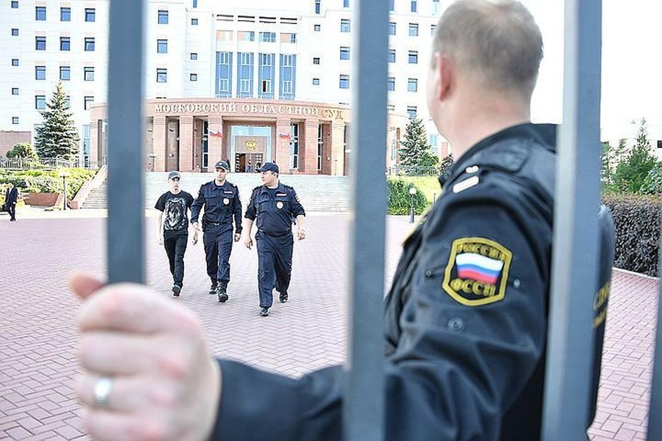 Полицейские у здания Мособлсуда.