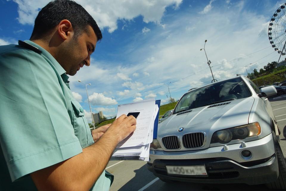Судебные приставы арестовали авто. Фото: Алексей БУЛАТОВ.