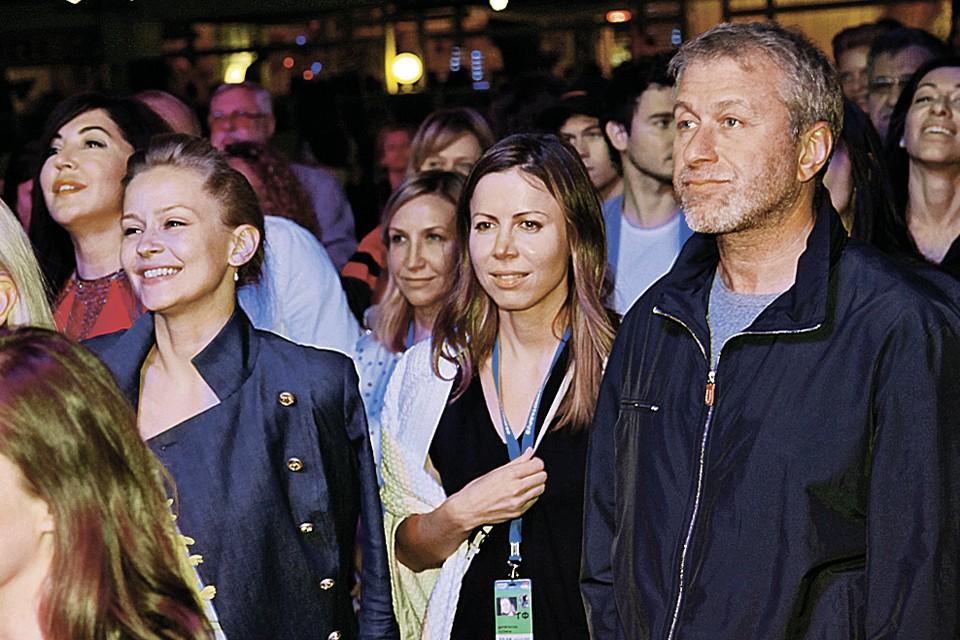 На «Кинотавре» рядом с Романом Аркадьевичем чаще всех видели Юлию Пересильд (слева) и Полину Дерипаску (в центре), жену Олега Дерипаски.