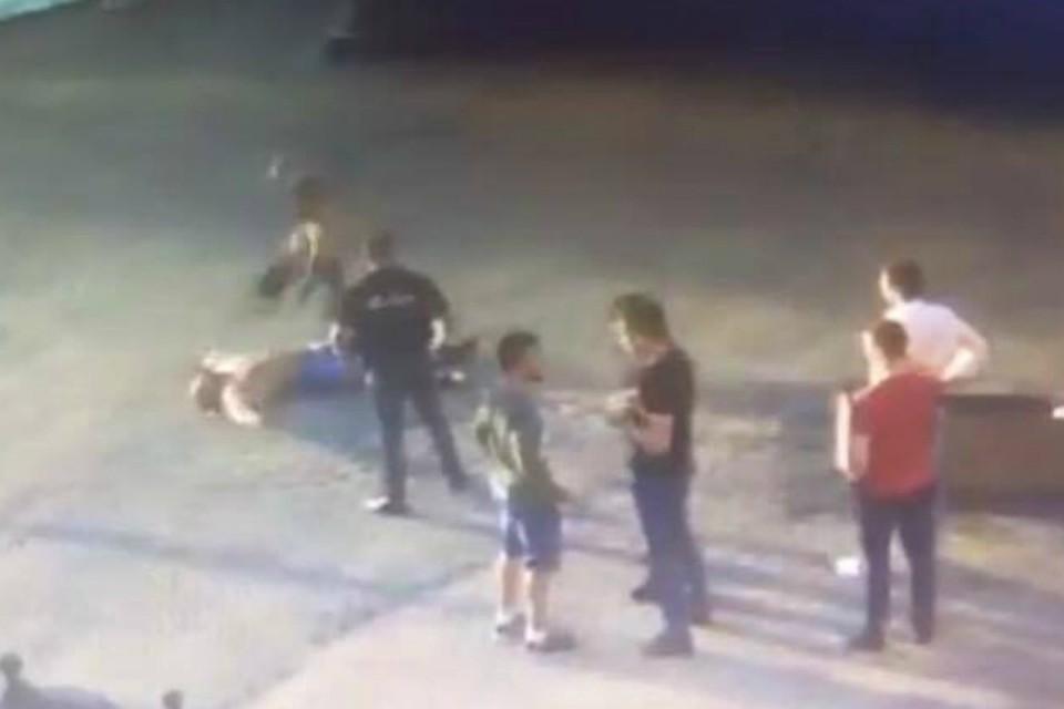 На видео видно, как боец добивает лежащего на асфальте спортсмена.