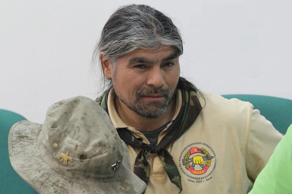 Алик Гульханов до сих пор носит на своей шляпе кокарду, оставшуюся после службы в армии. А служил каскадер в Иркутске.