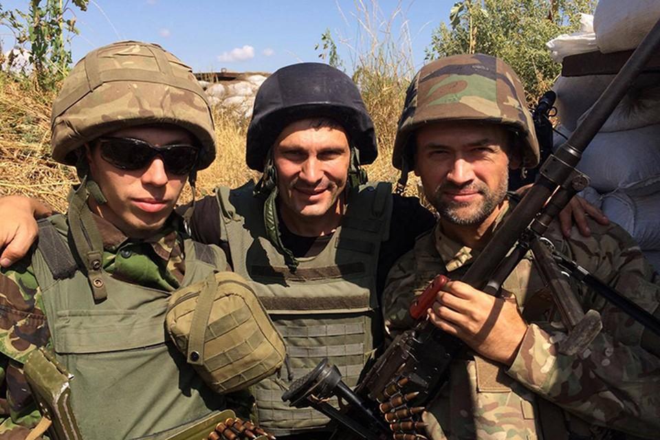 Украинский журналист-пропагандист Андрей Цаплиенко, побывавший на передовой АТО, опубликовал в своем Фейсбуке фото актера. Анатолий в каске, в руках автомат, рядом бойцы украинской армии