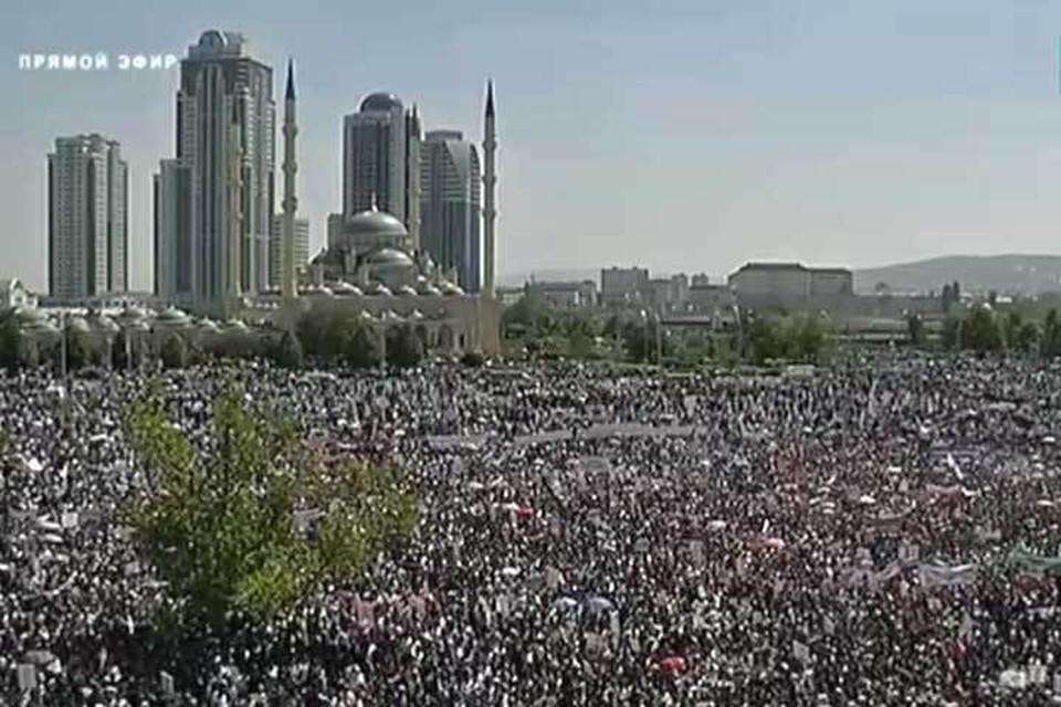 На митинг в Грозном в поддержку мусульман Мьянмы вышли десятки тысяч человек. Фото: стоп-кадр видеотрансляции ЧГТРК «Грозный»