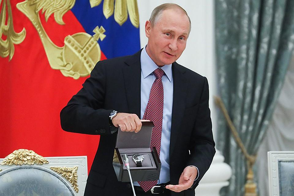 Президент поздравил Андрея Костина с днем рождения и подарил ему часы. Фото: Сергей Савостьянов/ТАСС
